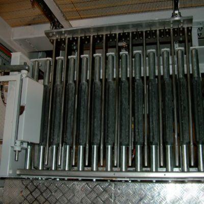 Роликовый конвейер для забора мешков в паллетизатор