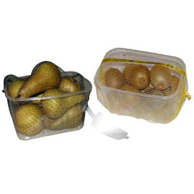 Упаковщик овощей и фруктов в лотках сетку